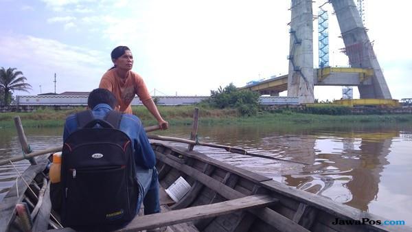 Perjuangan Wanita Paruh Baya Membelah Sungai Siak Untuk Nafkahi Anak