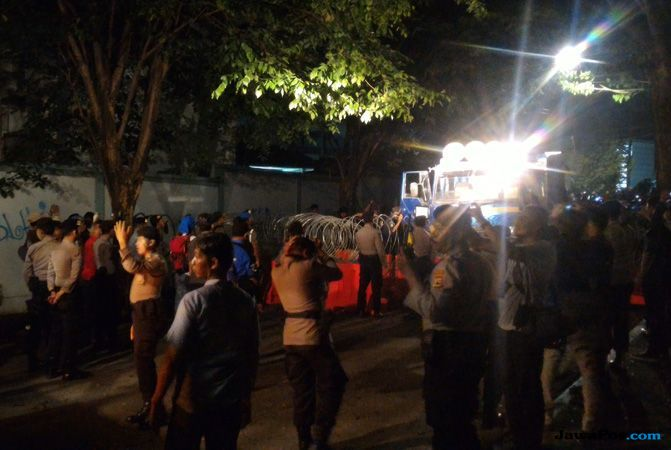 Pleno Rekapitulasi Pilwali Makassar Ricuh, Massa Paslon Serang Polisi