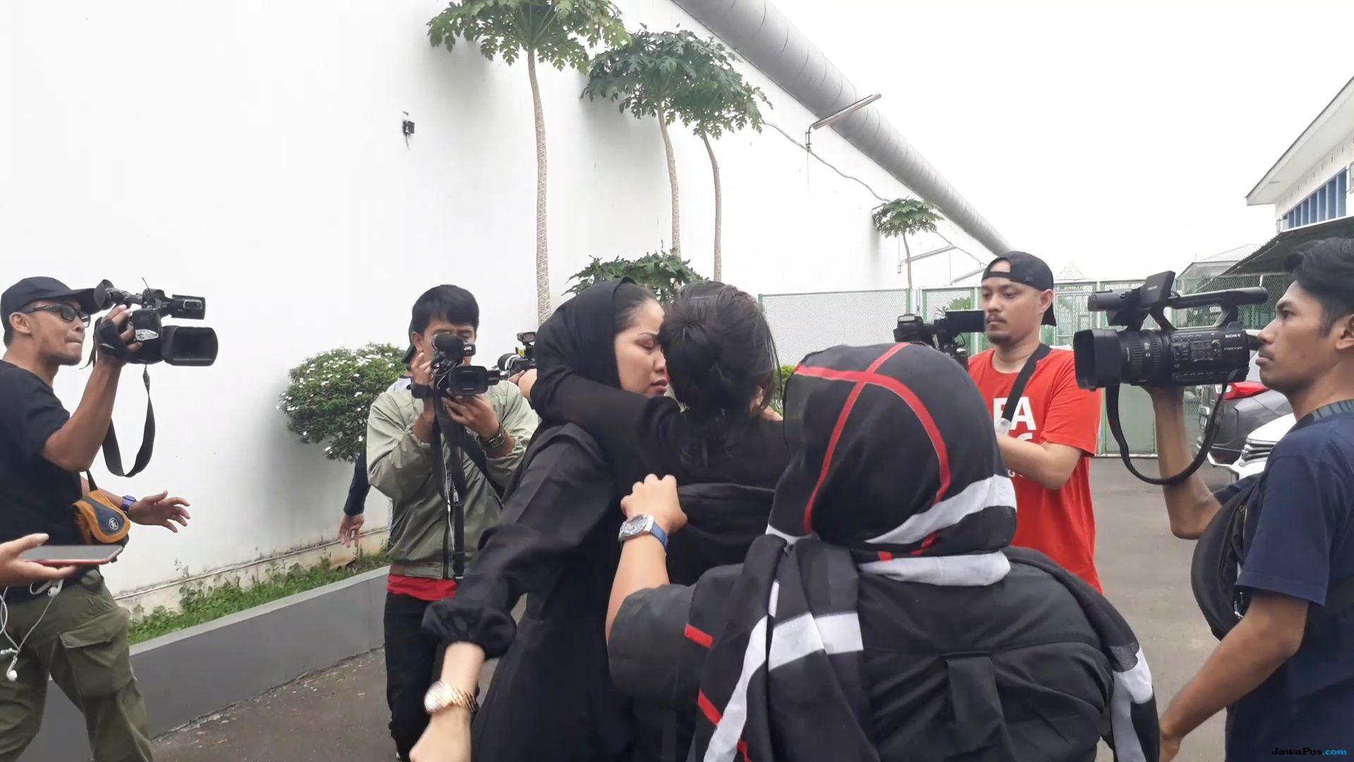 Pretty Asmara Meninggal, Kerabat Histeris di RS Pengayoman