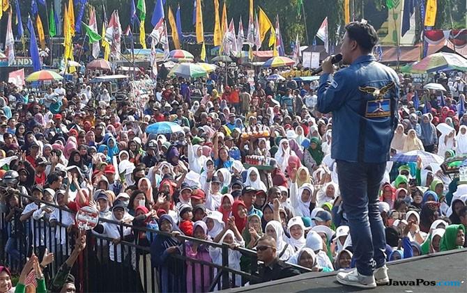 Ribuan Pendukung Khofifah-Emil Padati Alun-alun Jombang