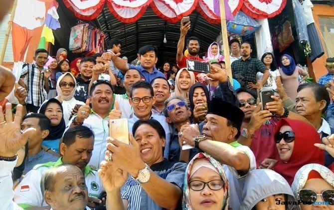 Sandiaga Uno Jadi Sasaran Selfi Emak-Emak di Pasar Terong Makassar