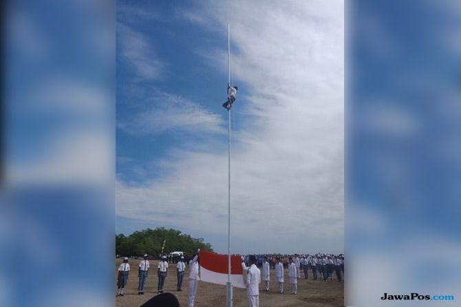 Bocah Pemanjat Tiang Bendera