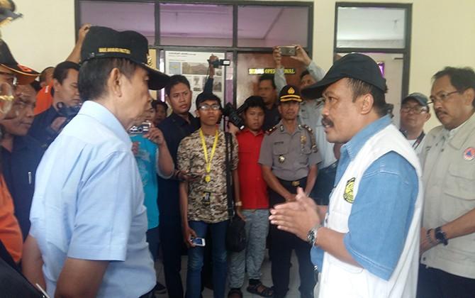 PANTAU POS: Gubernur Bali Made Mangku Pastika mengecek posko pengamatan Gunung Agung di Rendang, beberapa hari lalu