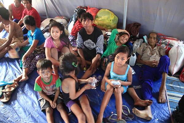 KUMPUL BERSAMA: Para pengungsi di kamp pengungsian di Desa Les