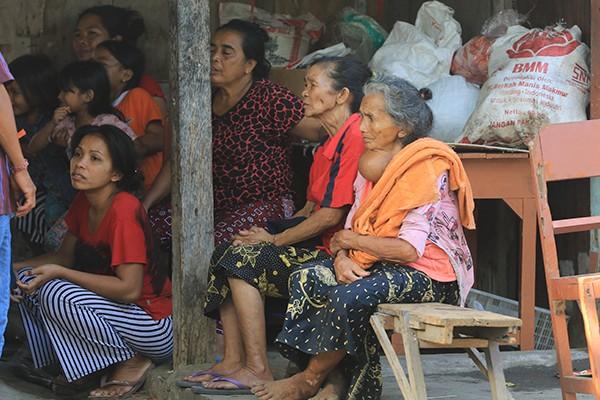 KORBAN ALAM: Para pengungsi dari Desa Ban, Kubu, Karangasem, berkumpul di Gang Harum, Intaran, Sanur