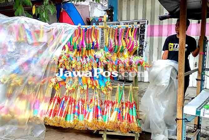 SEPI PEMBELI : Pedagang terompet tampak menunggu pembeli di Pasar Banyuwangi.