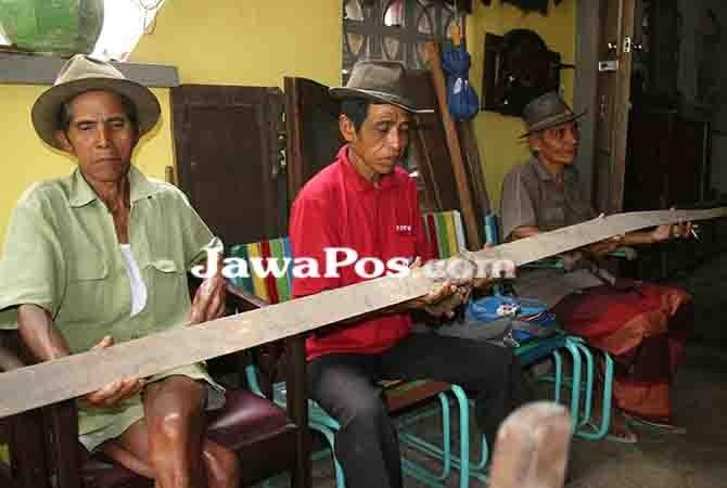 PAMERKAN: Abdul Rifai menunjukkan kiling yang berusia 100 tahun lebih di Desa Kemiren, Kecamatan Glagah.