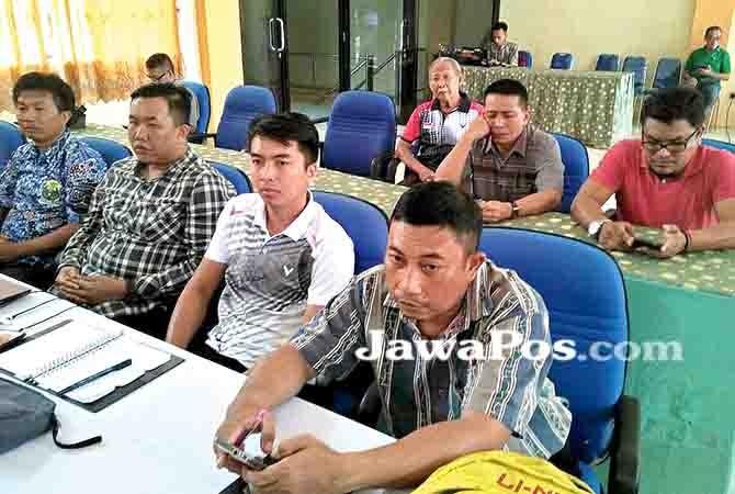 MULAI DITERAPKAN: Pengurus PBSI Banyuwangi mengikuti pelatihan software dari PB PBSI, Senin (15/1).