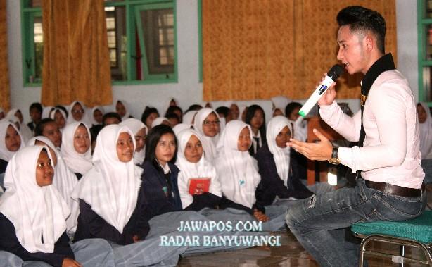 BERBAGI ILMU: Daniel Cahya Saputra memberi pembekalan para pelajar yang akan masuk dunia kerja di aula SMKN 1 Banyuwangi kemarin (12/2).