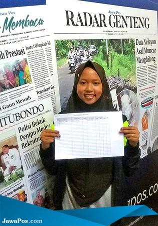 BAHAGIA: Safira mendaftarkan diri sebagai peserta Liga Puisi di Jawa Pos Radar Genteng, kemarin (26/2).