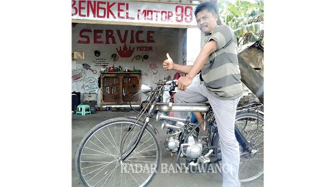 TAMPIL BEDA: Mulyono menaiki sepeda ontel yang dipasangi mesin motor.