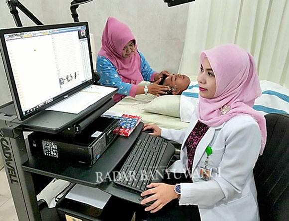 TERBARU: Dokter Indah Ari Handayani SpS melakukan pemeriksaan saraf otak dengan alat Electro Encephalography (EEG) di RSUD Blambangan.