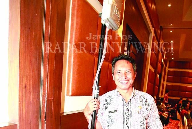 OPERATOR JAMMER: Ainur Rofiq bersama alat pengacak sinyal ketika dioperasikan di arena Musrenbangkab di Hotel Ketapang Indah, Kamis lalu (15/3).