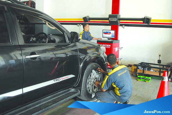 DISELARASKAN: Petugas melakukan spooring balancing/wheel alignment dengan computer system di Ali Ban kemarin.