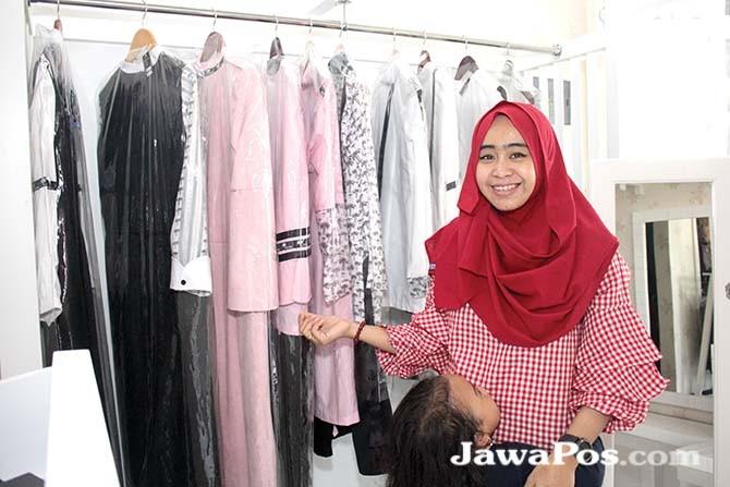 MINIMALIS: Sanet menunjukkan sejumlah koleksi baju dengan model minimalis di butik miliknya.