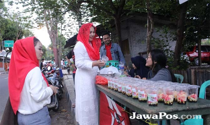 SANTAI: Indah Yeni, ketua PA GMNI Banyuwangi mengunjungi stand penjualan takjil di Giri.