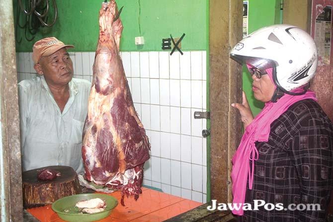 STABIL: Aktivitas jual beli di los daging sapi pasar Rogojampi siang kemarin.