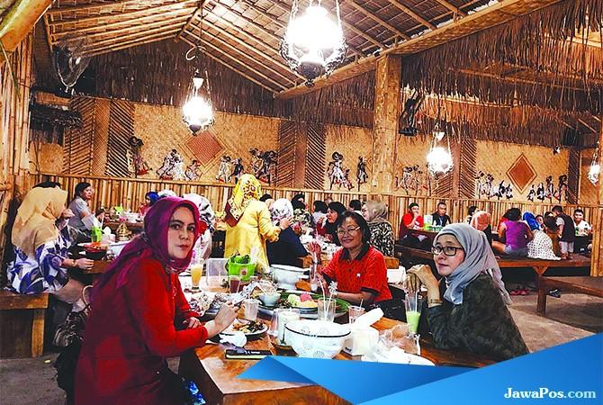 TEMPATNYA ASYIK: Pengunjung Jaran Goyang Resto saat menunggu buka puasa.