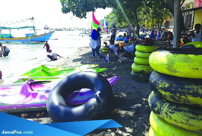 MENINGKAT: Para pengunjung menikmati destinasi wisata Pantai Pasir Putih.