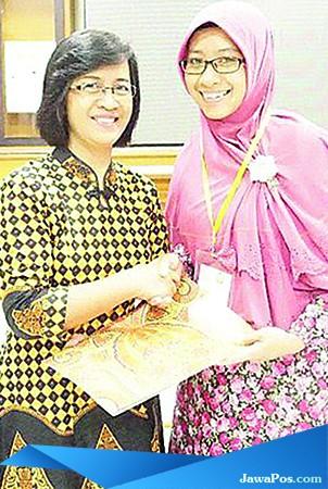 MEMBANGGAKAN: Kepala Ruang Bersalin RS Al Huda Denik Suci Murniasari (kanan) meraih juara 1 pelatihan Manajemen Bangsal Keperawatan Juli 2018.