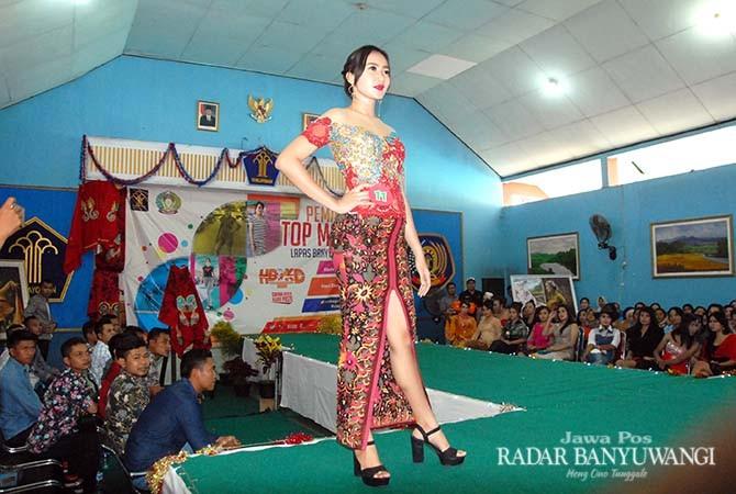MIRIP MODEL: Warga binaan menampilkan peragaan busana batik di Aula Lapas Banyuwangi, Sabtu (20/10).