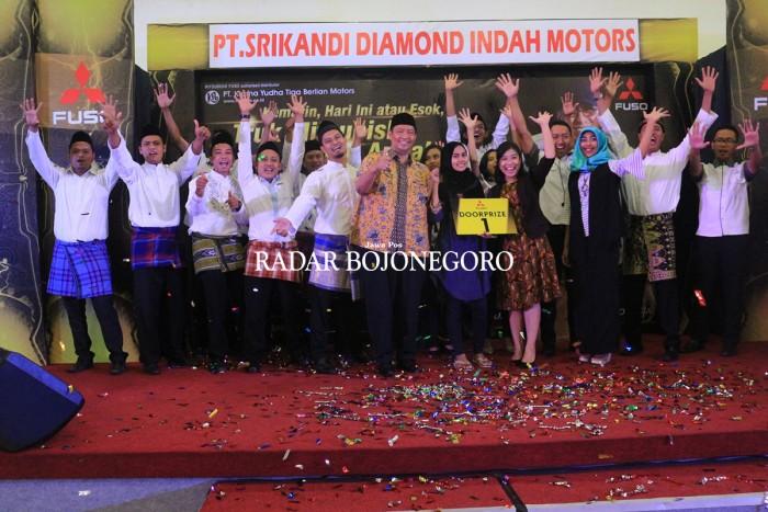MERIAH: Gathering costumer colt diesel PT. Srikandi Diamond Indah Motors Tuban di Kayu Manis Rabu (19/7) malam.