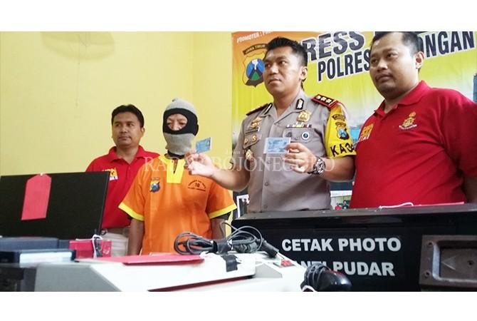 BARANG BUKTI: Kapolres Lamongan, SKBP Febby Hutagalung, menunjukan KTP palsu buatan warga kecamatan Babat.