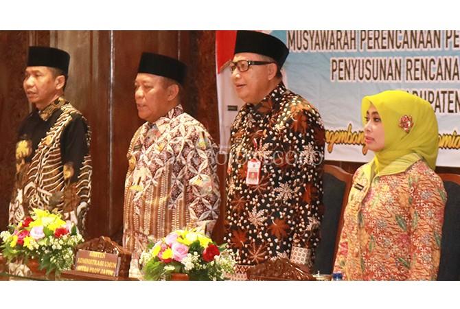 BAHAS PEMBANGUNAN DAERAH : Bupati Fadeli saat memimpin Musrenbang Penyusunan RKPD 2019 di Pendapa Lokatantra Pemkab Lamongan Kamis (22/3).