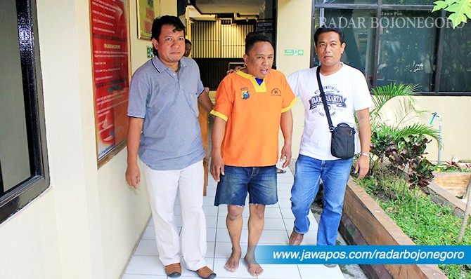 DIAMANKAN: Sarles Umar, 38, asal Kelurahan Dupak, Kecamatan Krembangan, Surabaya dibekuk anggota Tim Jaka Tingkir Polres Lamongan.
