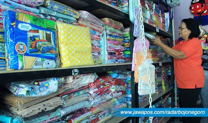 ANEKA MOTIF DAN BAHAN: Konsumen memilih sprei di sebuah toko perlengkapan rumah tangga di Bojonegoro.