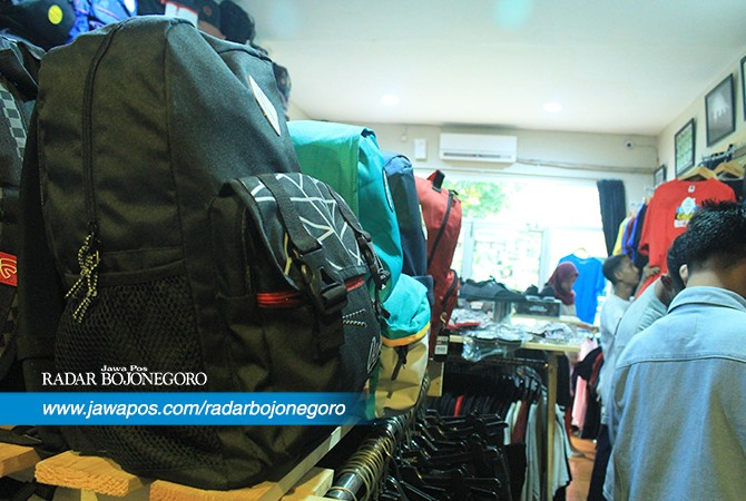 INCARAN LIBURAN : Koleksi tas ransel di sebuah distro di Bojonegoro. Saat libur panjang omzet meningkat.