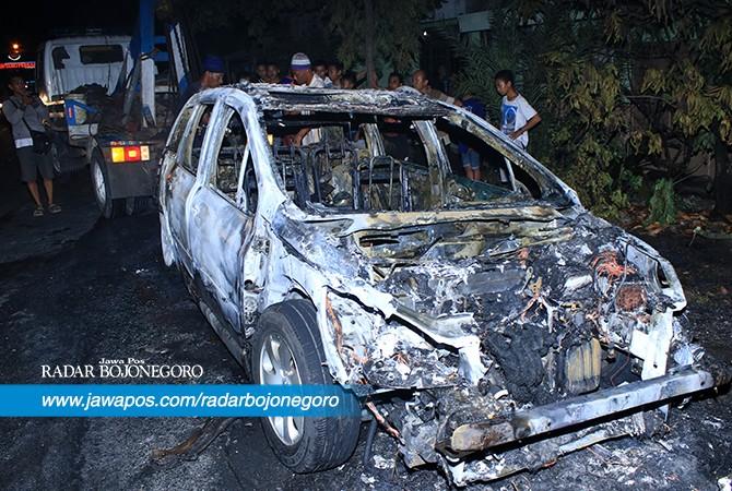 TINGGAL KERANGKA: Mobil yang terbakar di Desa Karanglangit, Kecamatan Lamongan.
