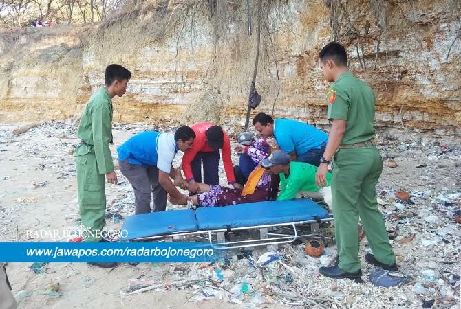 DIEVAKUASI: Warga saat menyelamatkan orang yang diduga mengalami gangguan jiwa dan jatuh dari tebing Pantai Sowan.