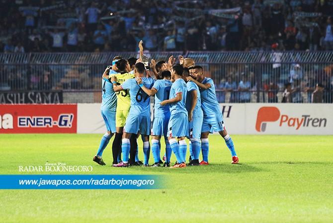 KOMPAK : Skuad Persela melakukan toast saat akan mengawali laga. Di Stadion Surajaya Lamongan kemarin (11/7), Persela berhasil kalahkan Borneo FC dengan skor 2-0, sehingga posisinya kembali merangsek ke papan atas Liga 1.