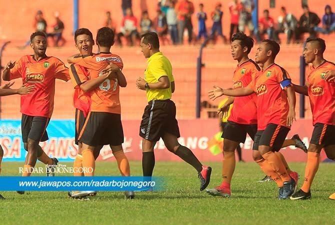 BAHAGIA: Persibo saat euforia kemenangan atas lawannya.