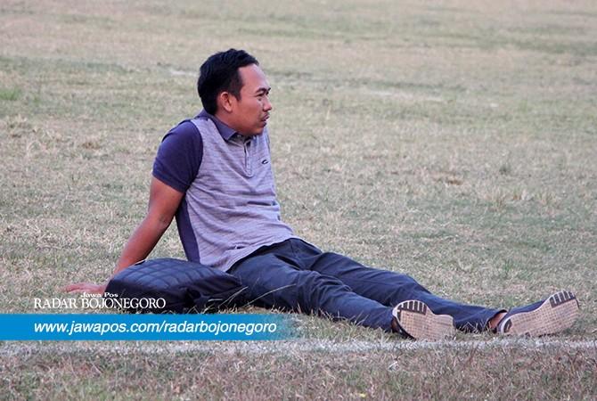 TANPA DAYA: Manajer BWFC Kartono terduduk lemas setelah timnya dikalahkan Persedikab Kediri di kandang sendiri, Rabu (11/7).