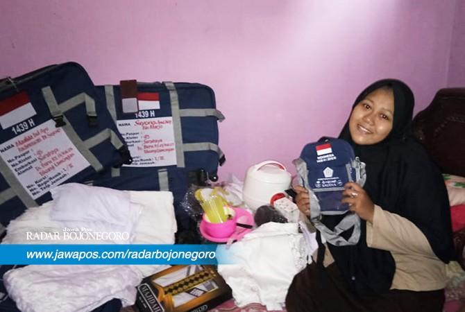 CJH TERMUDA: Maulida Dwi Ayu Rachmawati menunjukkan barang – barang yang disiapkan sebelum berangkat haji bersama keluarganya.