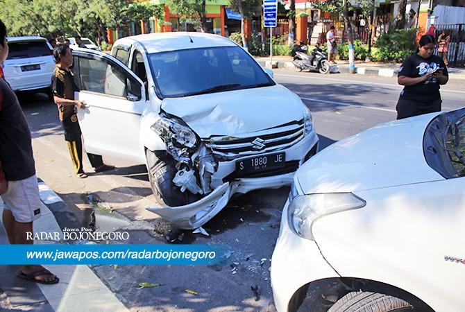 MENABRAK BERUNTUN: Mobil mengalami kerusakan setelah terjadi tabrakan di Jalan Lamongrejo, Lamongan,kamissiang (12/7).