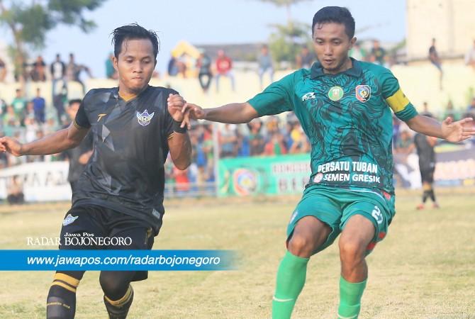 PENJAJAKAN: Kapten Danu Rosade, andalan lini tengah Persatu Tuban saat uji coba melawan Persida Sidoarjo di Stadion Lokajaya Tuban, sore nanti.