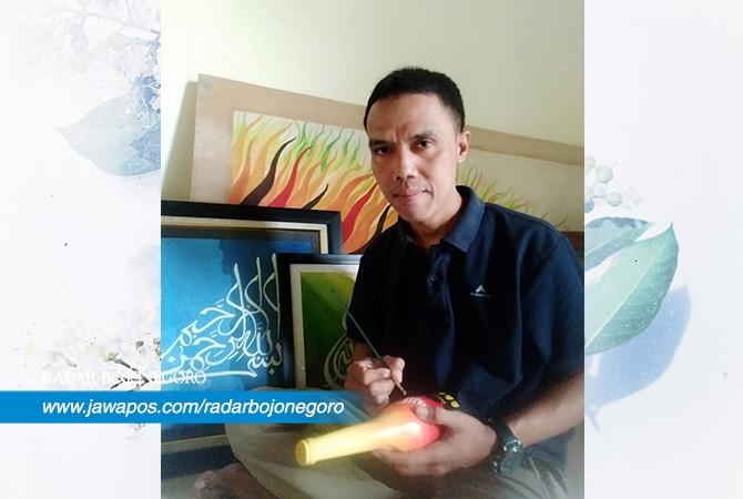 TERUS BERKARYA: Hiwan saat melukis di sebuah keramik. Hiwan memopulerkan melukis di atas tisu.