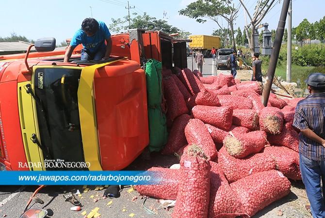 BERCECERAN: Puluhan ton bawang merah berserakan di jalan setelah truk pengangkutnya terlibat kecelakaan di Desa Sugihwaras, Kecamatan Jenu.