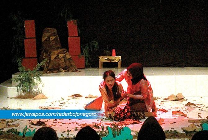 SARAT PESAN: Dua mahasiswi ketika memerankan dalam drama teater.