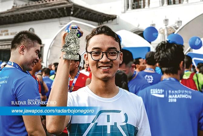 HOBI LARI: Wahyu Diah Nurcahyo yang sudah mengoleksi medali dari lari maraton. Diperkirakan dia sudah lebih dari 1.000 kilometer lari.