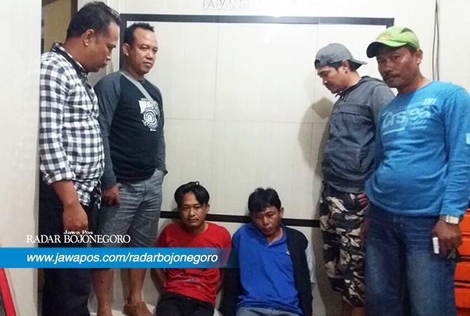 DIRINGKUS: Nasrupi dan Totok Sugianto, pelaku pencurian ponsel yang diamankan Polsek Palang.