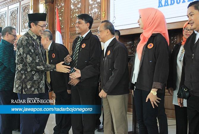 SELAMAT BERTUGAS : Bupati Tuban KH Fathul Huda bersama Forkopimda memberikan selamat kepada pengurus PHRI yang dilantik.