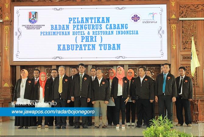 PEMEGANG AMANAT : Jajaran pengurus Perhimpunan Hotel dan Restoran Indonesia (PHRI) Tuban saat dilantikselasa (31/7).