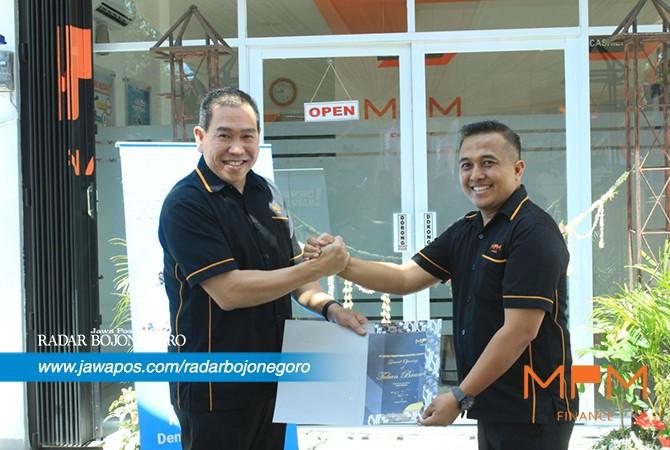 SELAMAT DAN SUKSES : CEO MPM Finance Johny Kandano (kiri) bersama Sales Distribution Manager MPM Finance Tuban Jayadi meresmikan cabang baru secara simbolis.