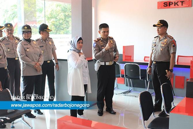 CEK LAPANGAN: Deputi Bidang Pelayanan Publik Kemenpan-RB Prof. Dr. Diah Natalisa didampingi Kapolres Tuban AKBP Nanang Haryono bersama seluruh pejabat utama (PJU) Polres Tuban.