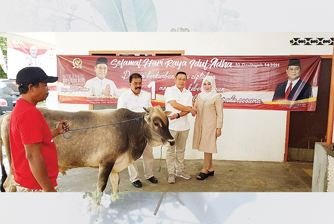 AMANAT PRABOWO-SANDI: Ketua DPC Partai Gerindra Tuban Hj. Tri Astuti, SH menerima amanat penyembelihan dan pembagian hewan kurban seekor sapi dan seekor kambing dari H. Prabowo Subianto-Sandiaga Uno