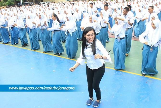 ENERJIK : Instruktur Nina saat memimpin goyang dayung yang viral setelah diperagakan Presiden RI Joko Widodo.